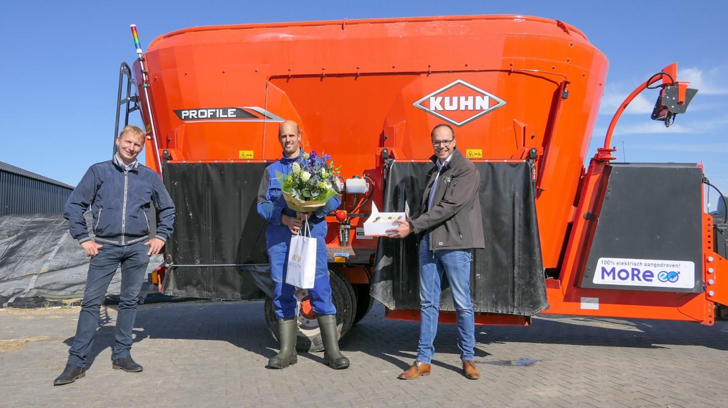1e uitlevering van de KUHN More E elektrisch aangedreven voermengwagen Gert-Jan en Stef